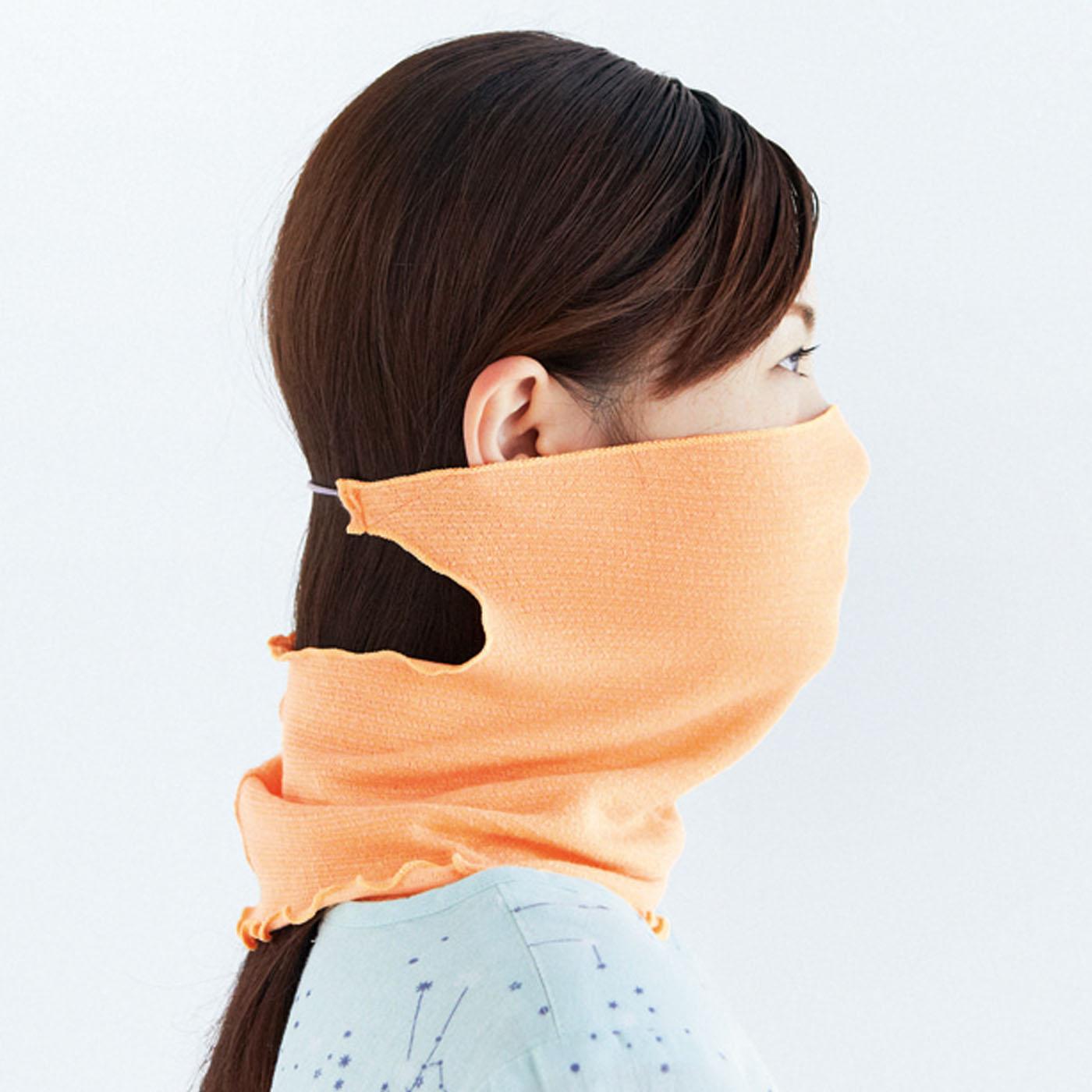 マスク用のゴムひもを後頭部に通して着用。締め付けがやわらぎ、ずれを防止。耳に掛けるストレスがなく快適な着け心地が続きます。