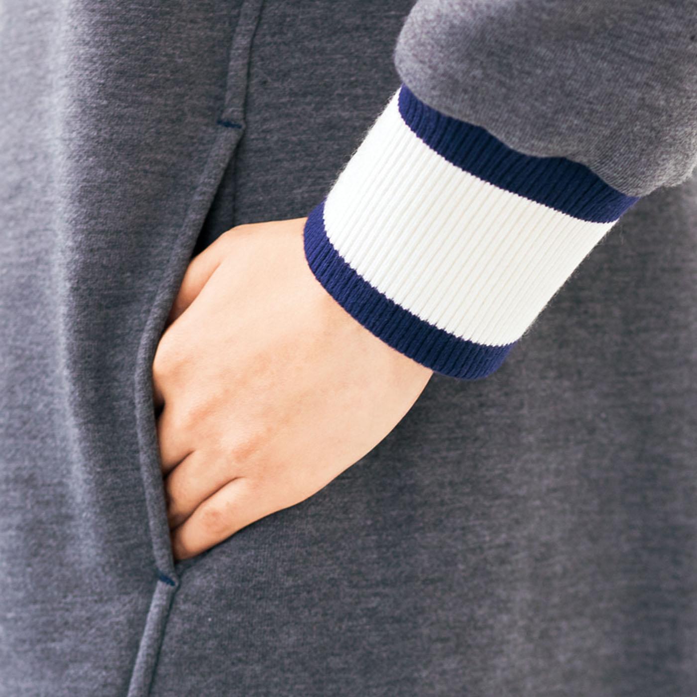 袖口の幅広リブで手首からのすき間風をブロック。たくし上げても袖がずり落ちにくいから、家事をするときも快適。