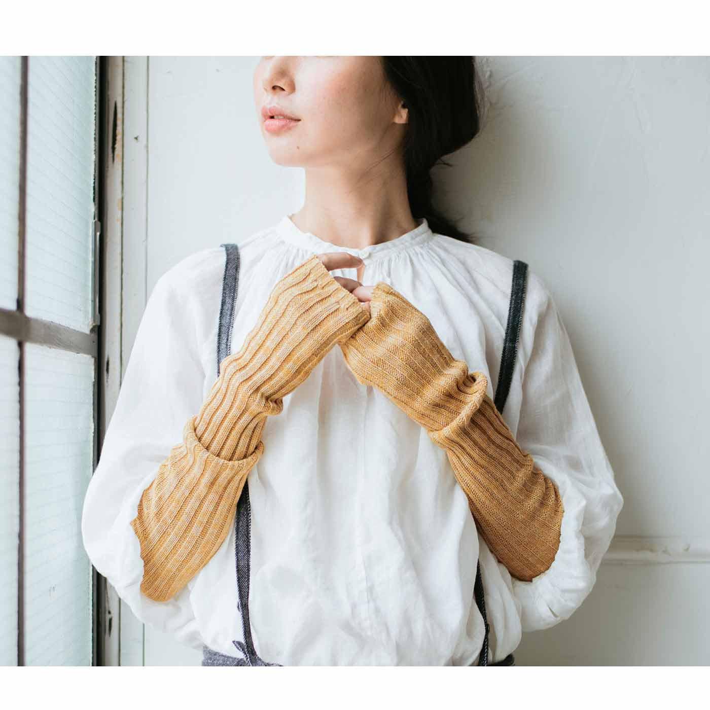 肌当たりもやわらかな綿混のリブ編みで二の腕までカバーする長め丈。