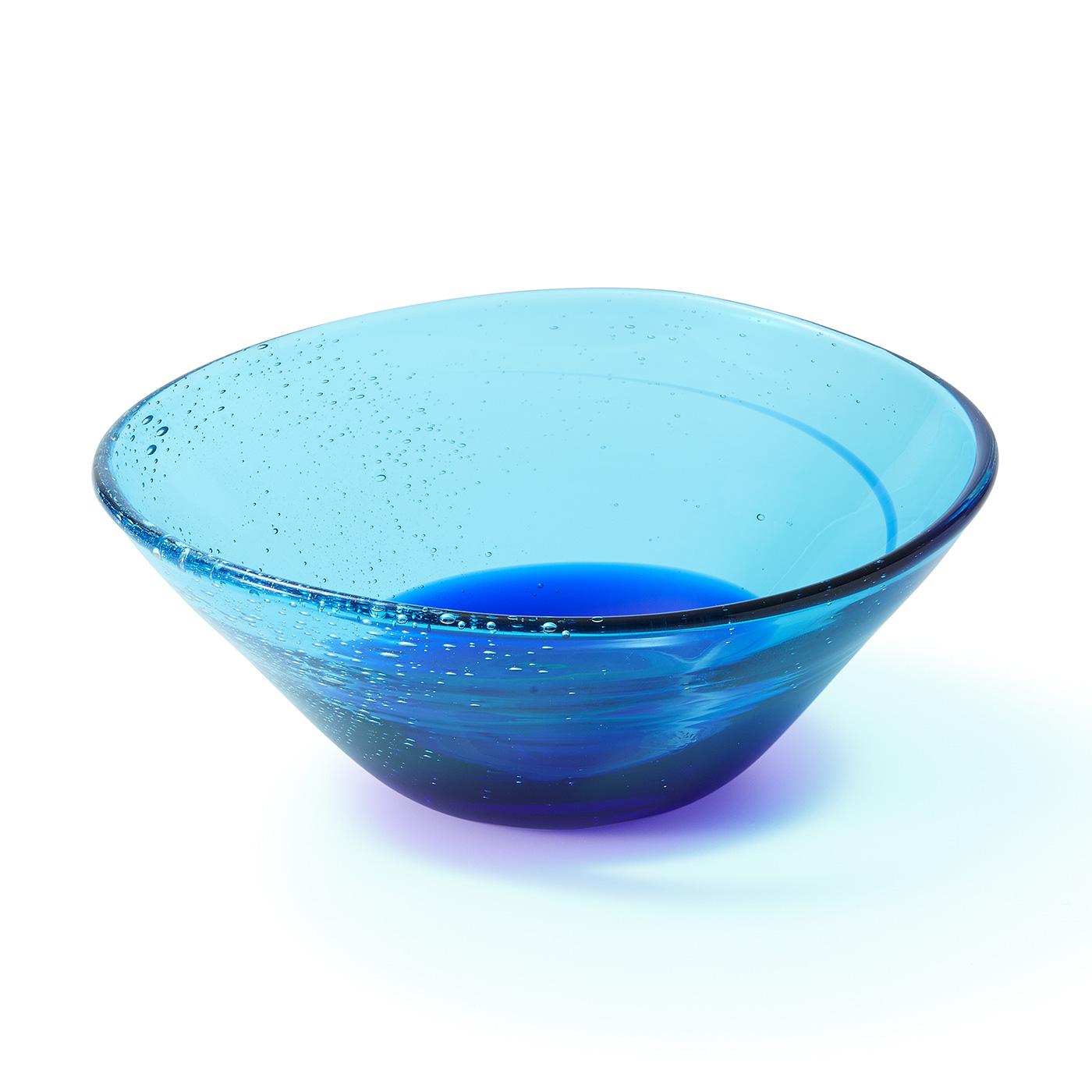 〈碧(あお)にとける泡沫〉海中の深みに潜り、見上げた様子をイメージ。気泡は紺碧に溶ける呼吸のよう。