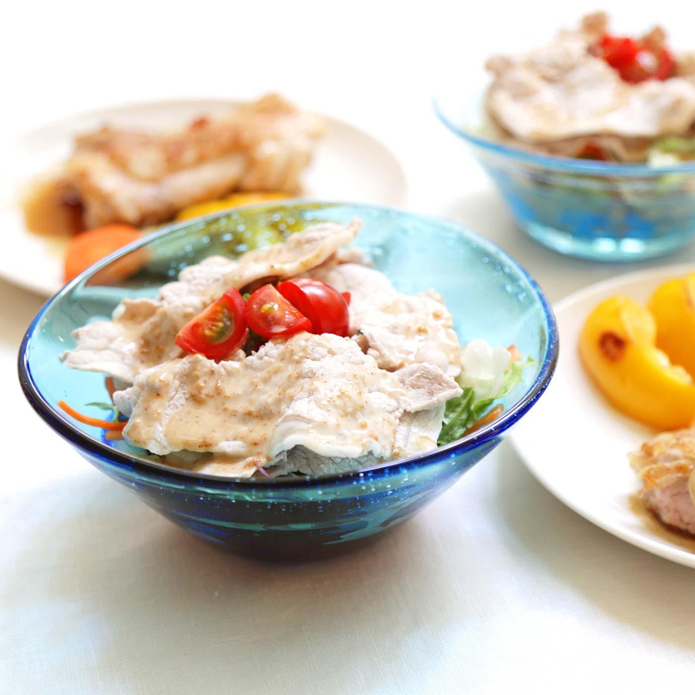 光を通したきれいなブルーでサラダがごちそうメニューに変身!