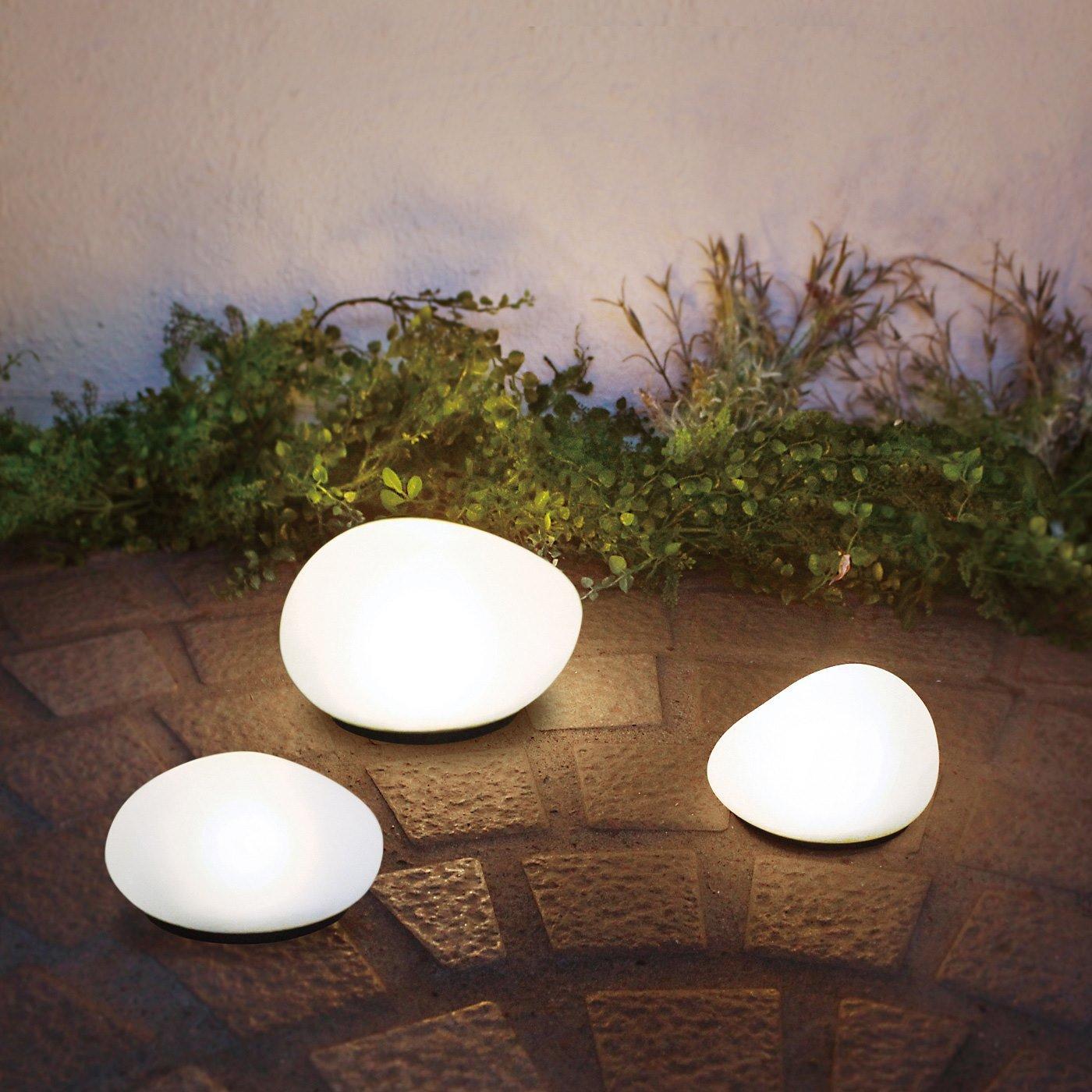自然に溶け込み やさしく足もとを照らす LEDソーラーストーン〈Sサイズ〉
