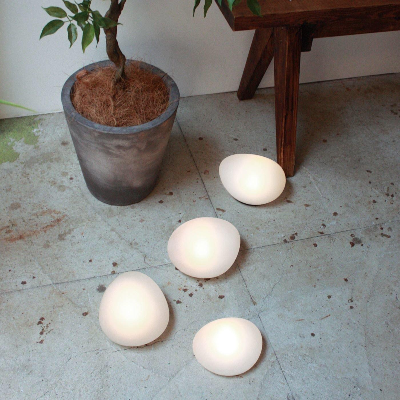 自然に溶け込み やさしく足もとを照らす LEDソーラーストーン〈Lサイズ〉