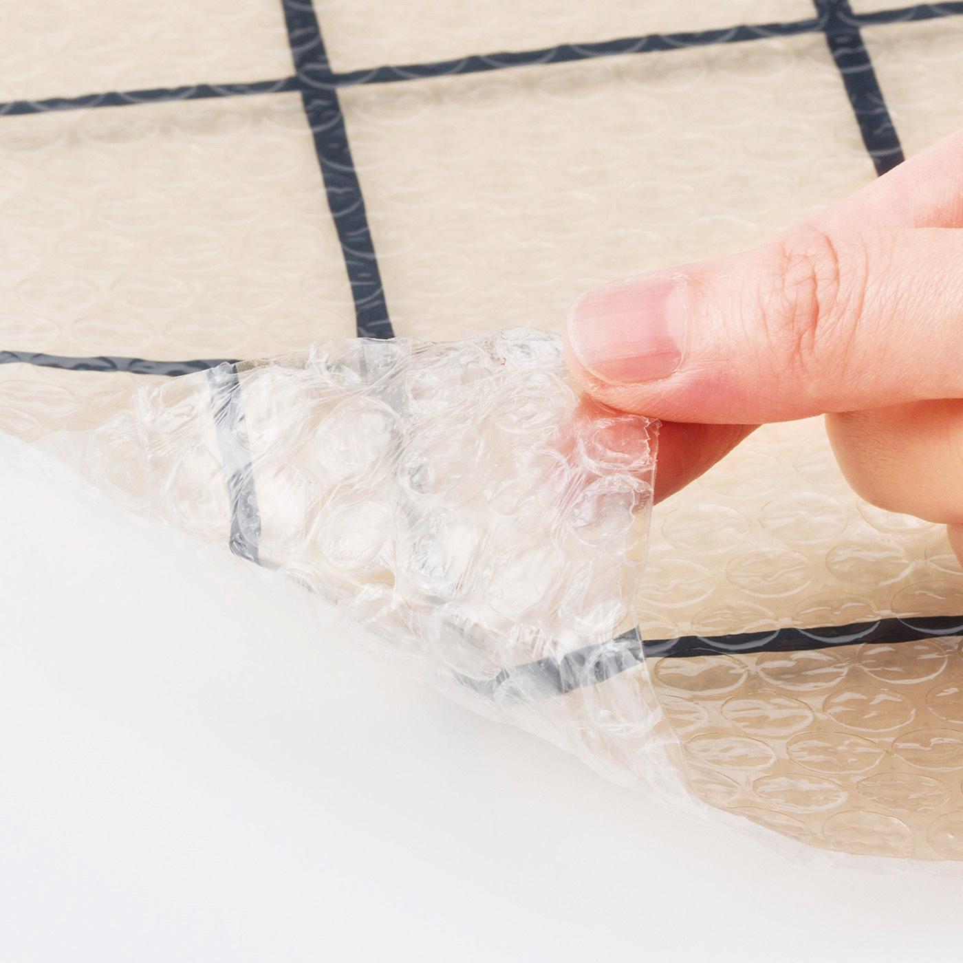 空気の層を作って外からの冷気をカット。裏面は粘着加工してあるので手軽に貼れます。