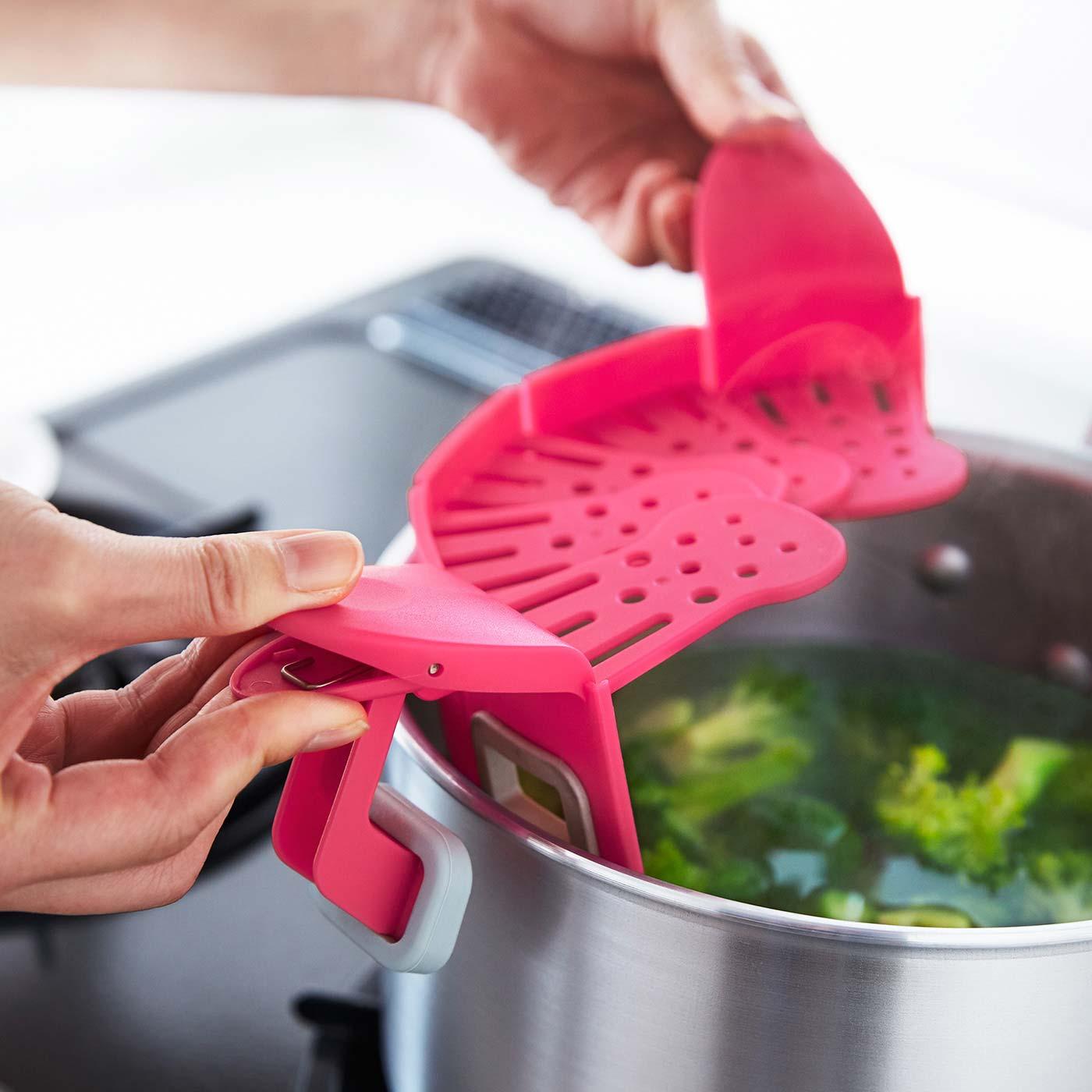 鍋の縁を挟むだけ。大きめクリップでしっかり固定できます。