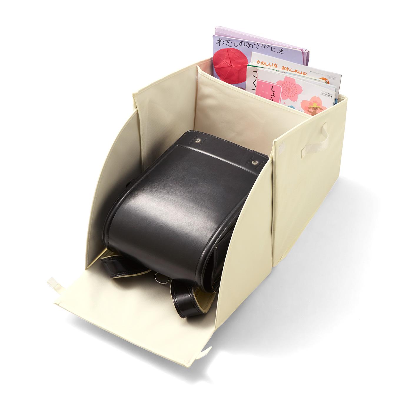 背面が倒れる仕組み。ランドセルをボックス内に収納したまま、教科書の出し入れOK!