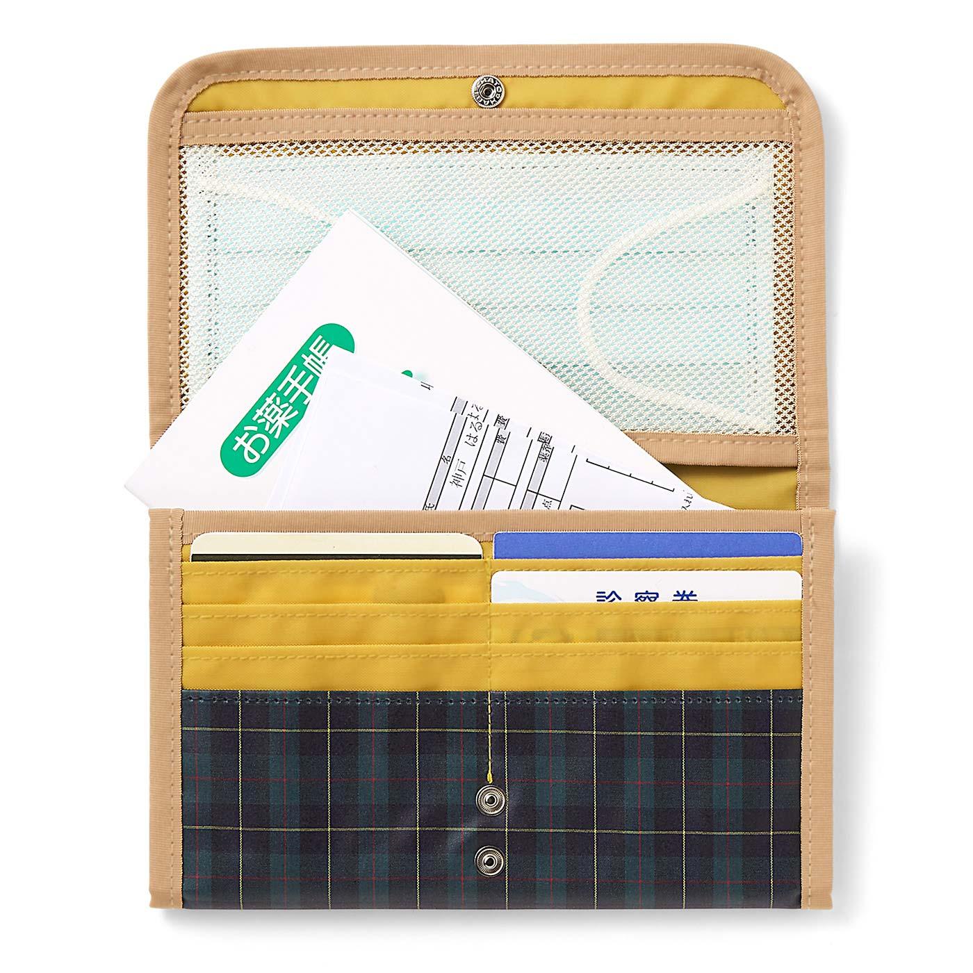 マスク、お薬手帳、領収書、診察券8枚を収納。オレフィン系樹脂加工をほどこしているので、汚れや水滴をさっとふけます。