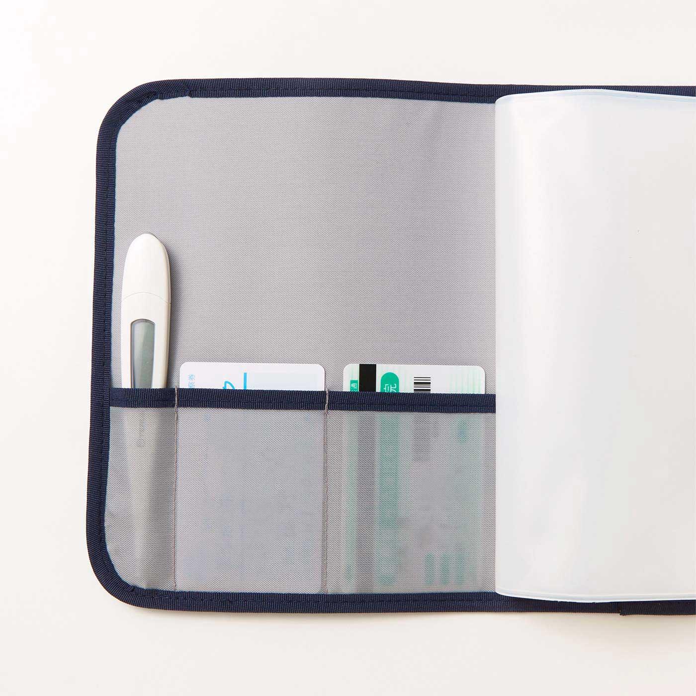 診察券や保険証入れに便利なカードポケットと、ペンや体温計を挿せるポケット付き。