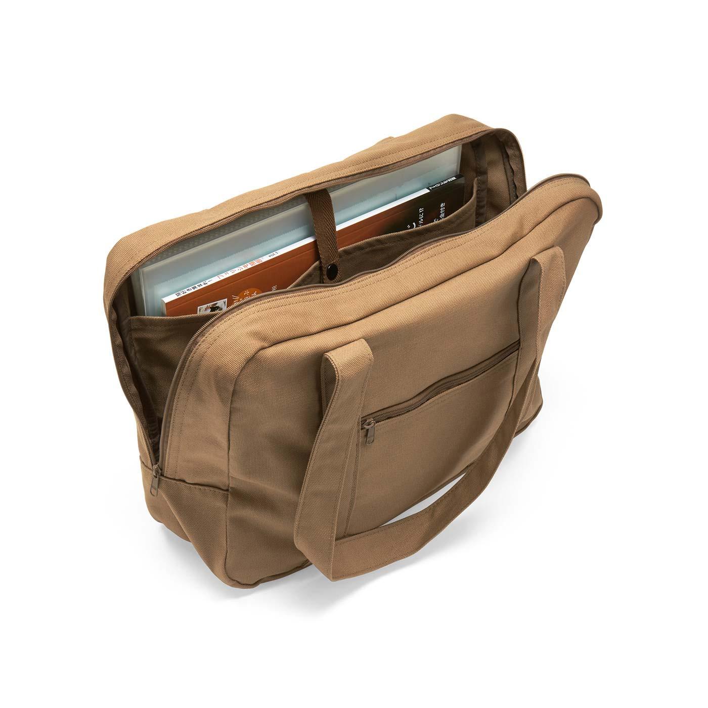 A4ファイルも収納できるベルト付きポケット。