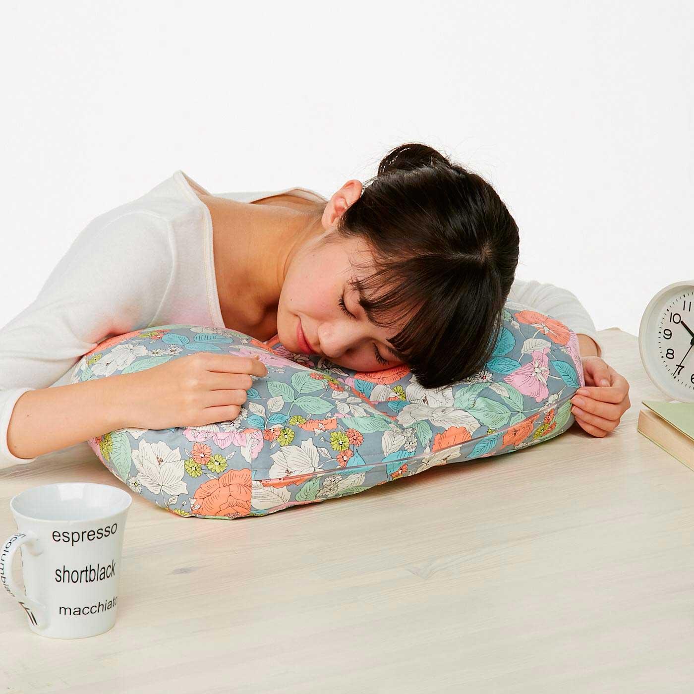 うつぶせ寝にも! デスクでお昼寝するときも呼吸がらくらく。