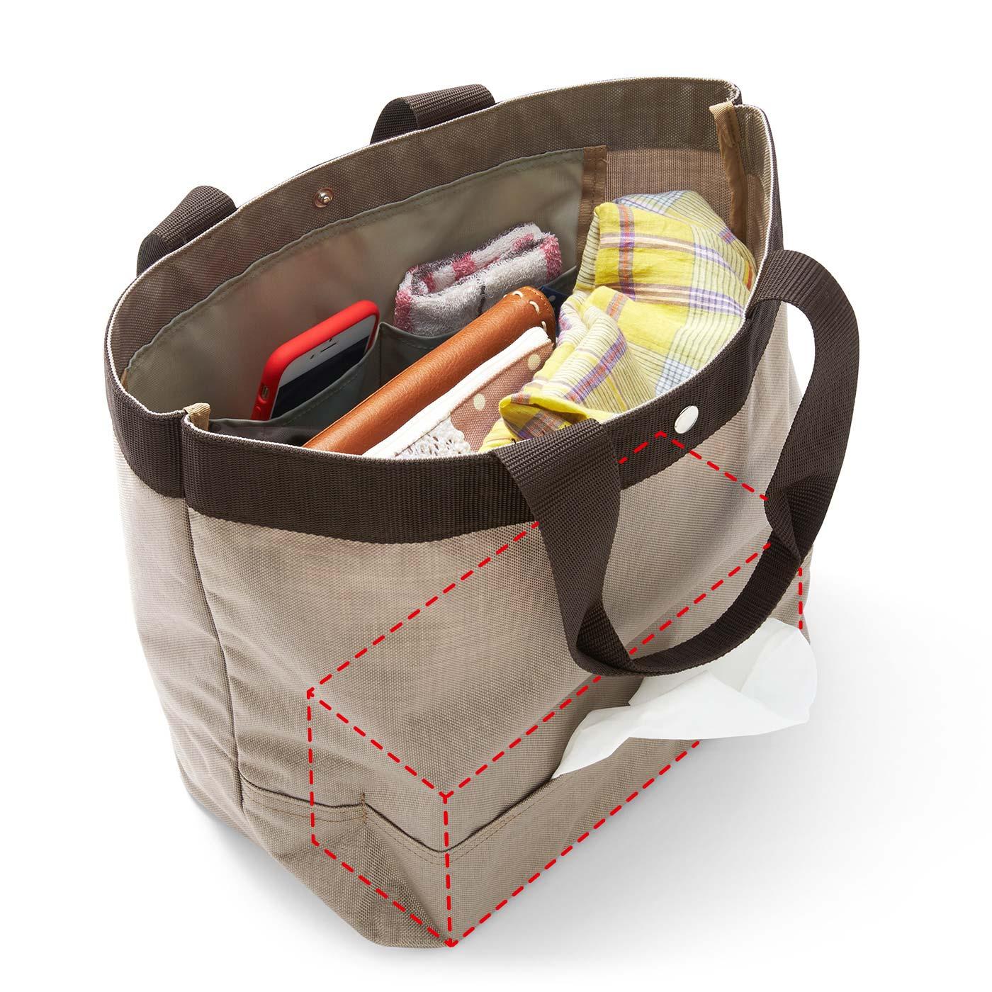 バッグの外側からティッシュを抜き取りOK。ふだんは取り出し口が目立たない仕様。