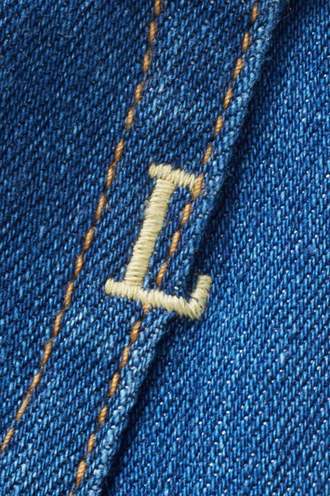 右後ろポケットのロゴ刺繍がポイントに。 ※お届けするカラーとは異なります。