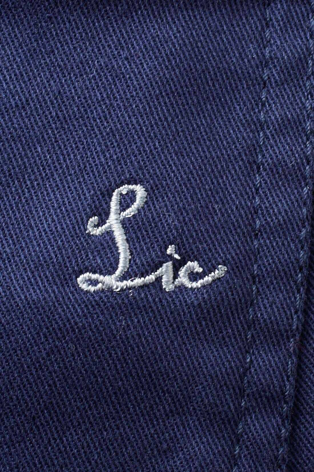 後ろポケットにはポイントになるリブインオリジナル刺繍をオン。 ※お届けするカラーとは異なります。