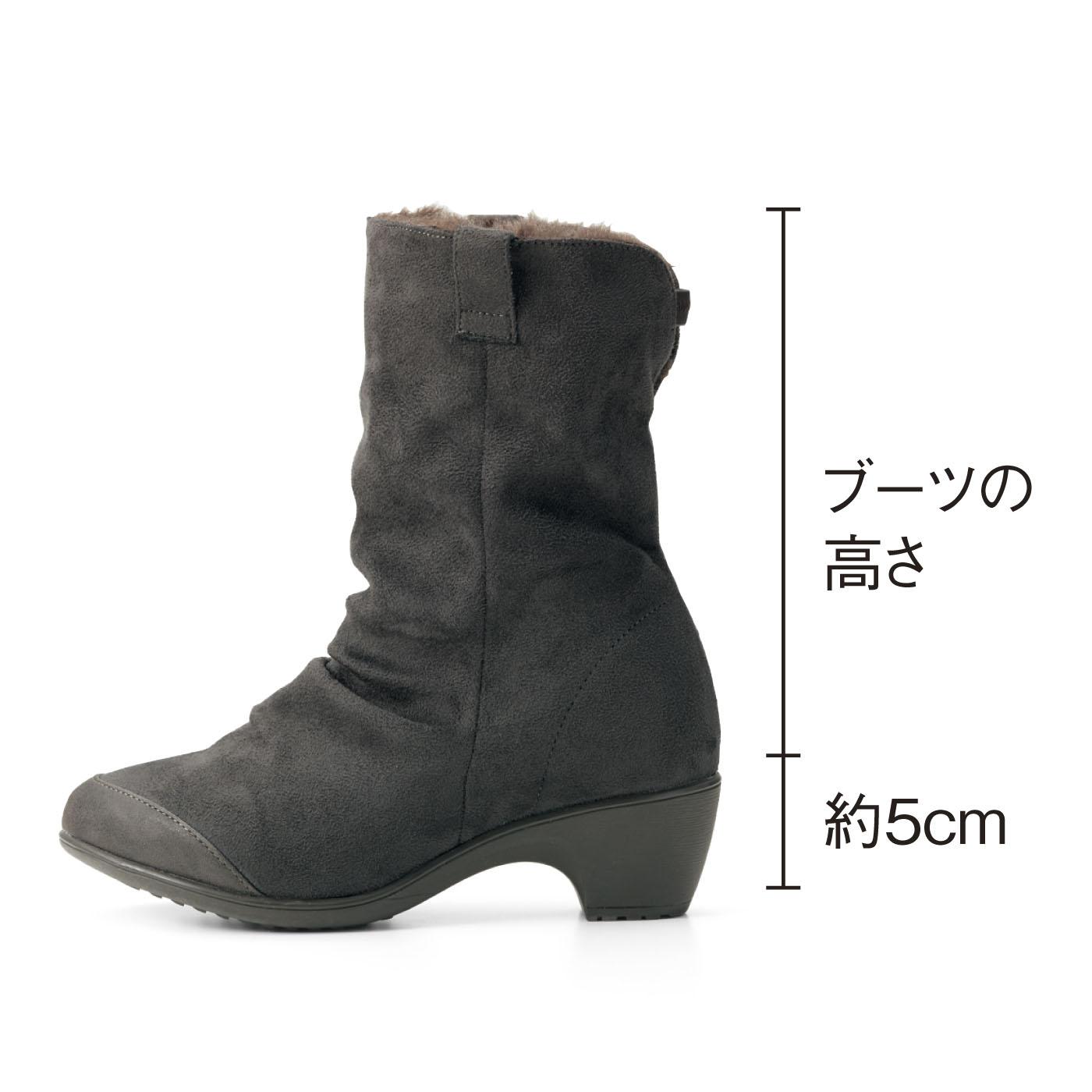 約5cmのほどよいヒールで、スタイルよく脚長に。