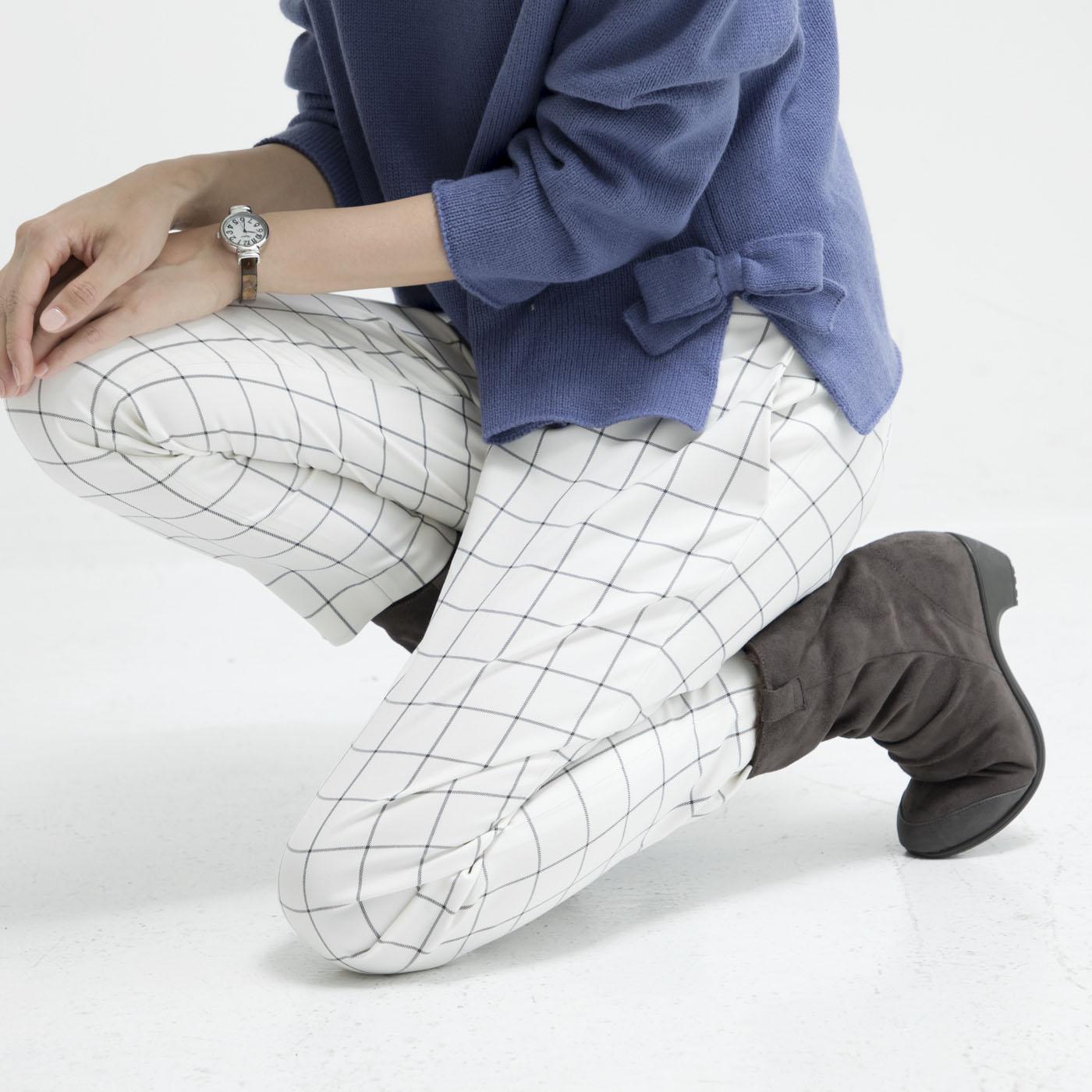 ヒールと一体型になった、ゴム素材のモールドソール。足の動きに合わせてしなやかに曲がって歩きやすい。