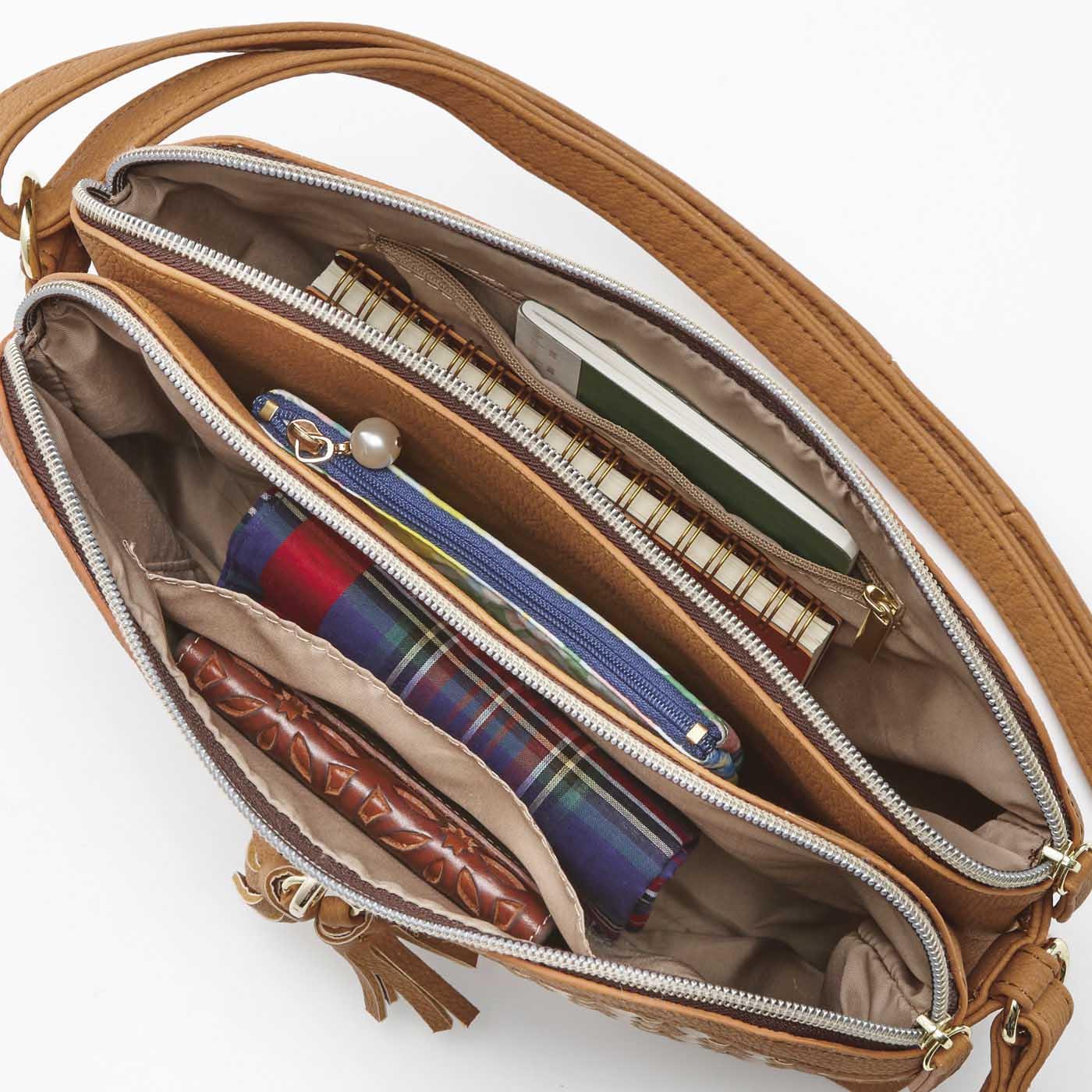 財布、スマホ、ポーチなど、お出かけ必需品を仕分け収納できる3部屋構造。中身もひと目で見渡せて取り出しやすい。