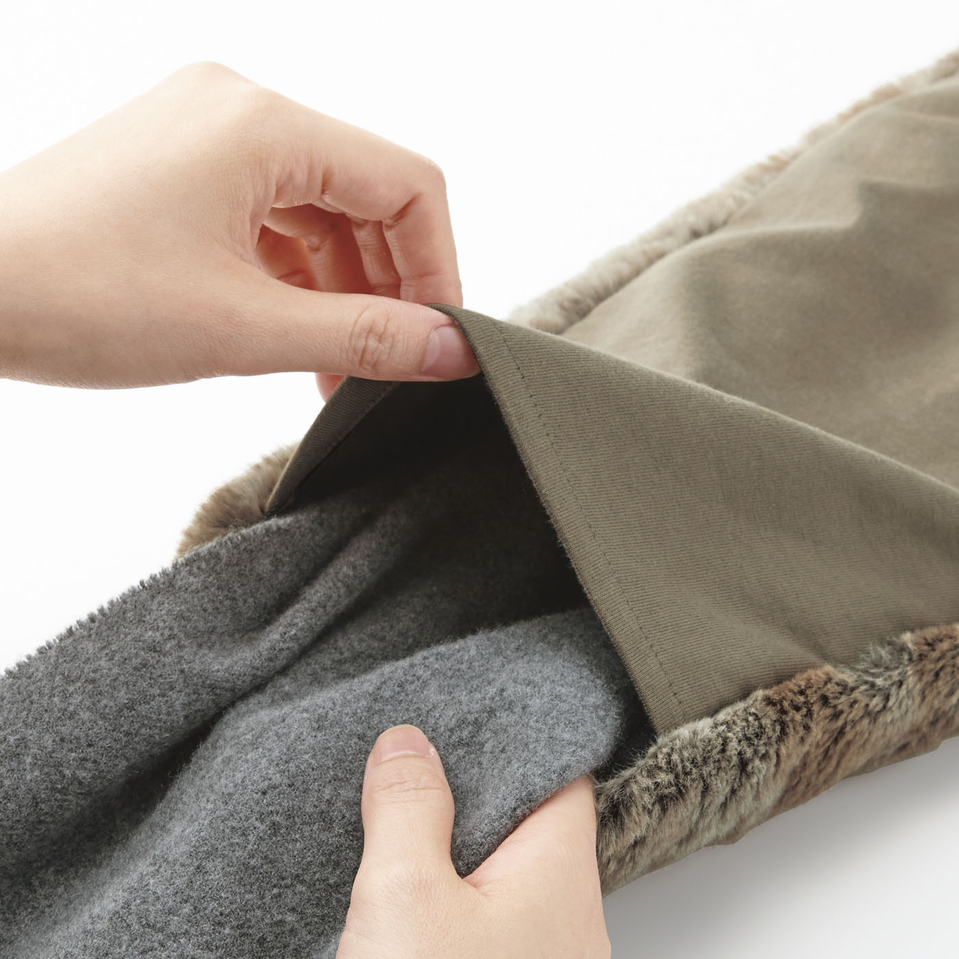 筒状になっているので、お手持ちのマフラーやスカーフを通してアレンジできます。