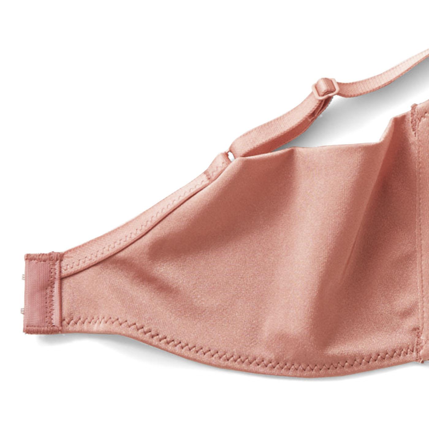 バックパネルは肌ざわりのよいストレッチ素材でやさしくフィット。上辺は縫い目がない仕様でわきの段差を軽減。