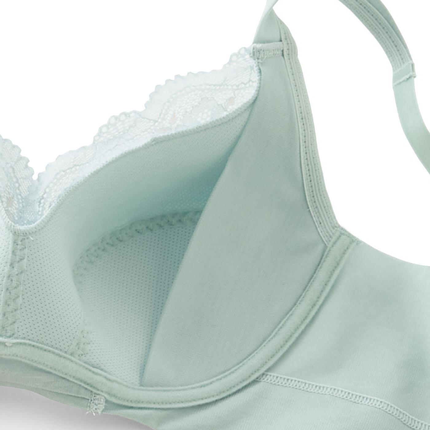カップ裏の縫い目のない綿混パネルが肌当たりよくバストを整えます。