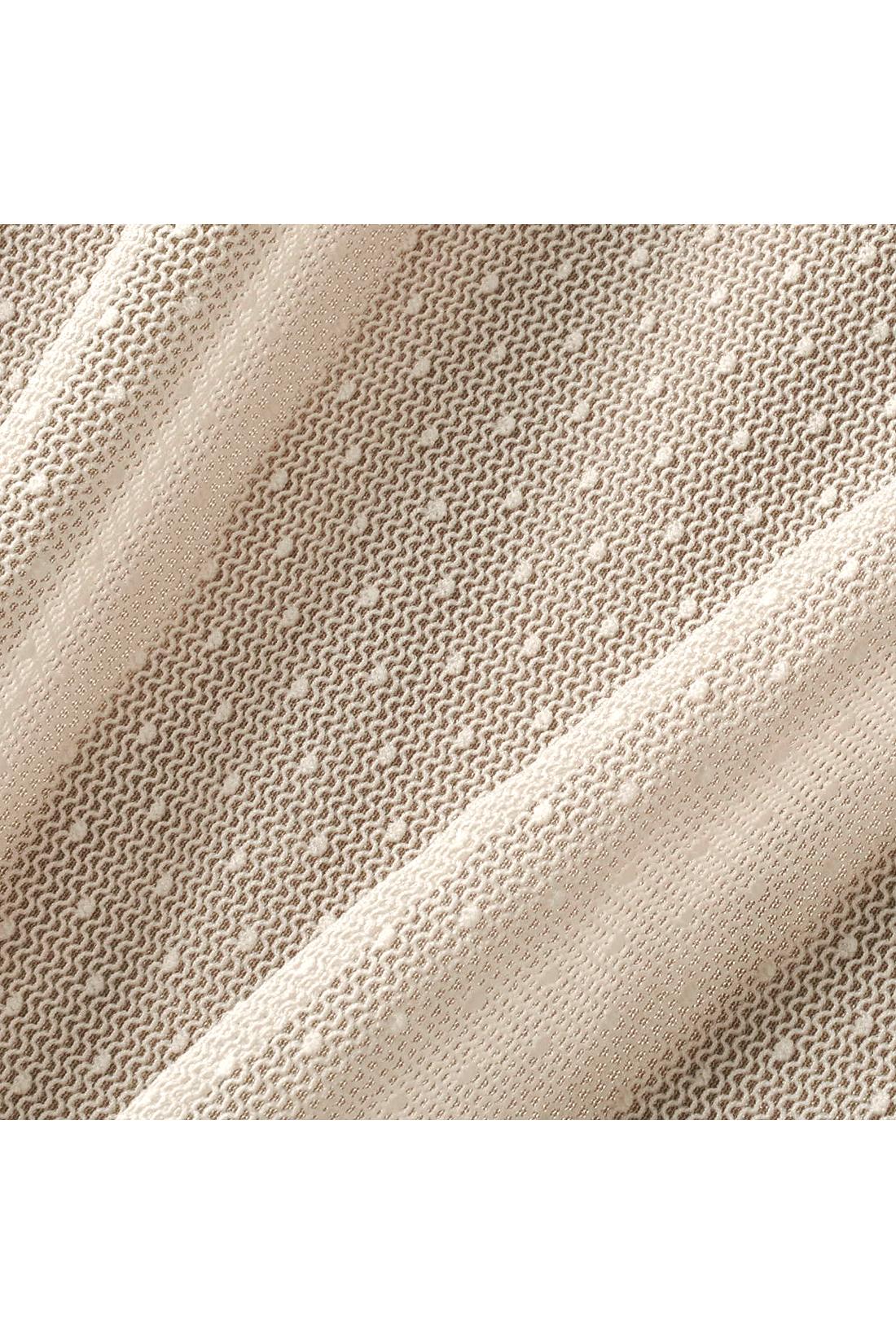 光沢と発色性の高い特殊糸を使ったブライトスムース素材に、軽やかな透け感のドットチュールを重ねて。