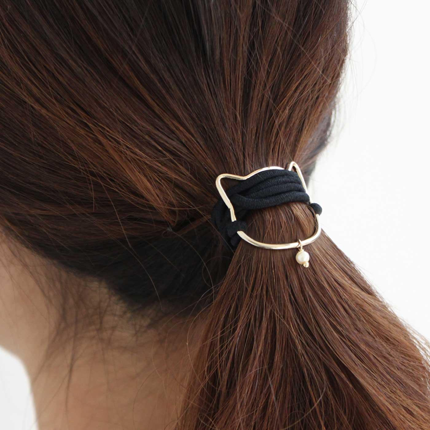 まとめ髪に沿わせやすいよう、カーブをつけました。