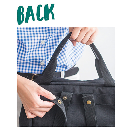 手さげとして持つ時は、ショルダーストラップをスナップで短く固定して持ちことができます。※写真は別色の〈ブラック〉です。
