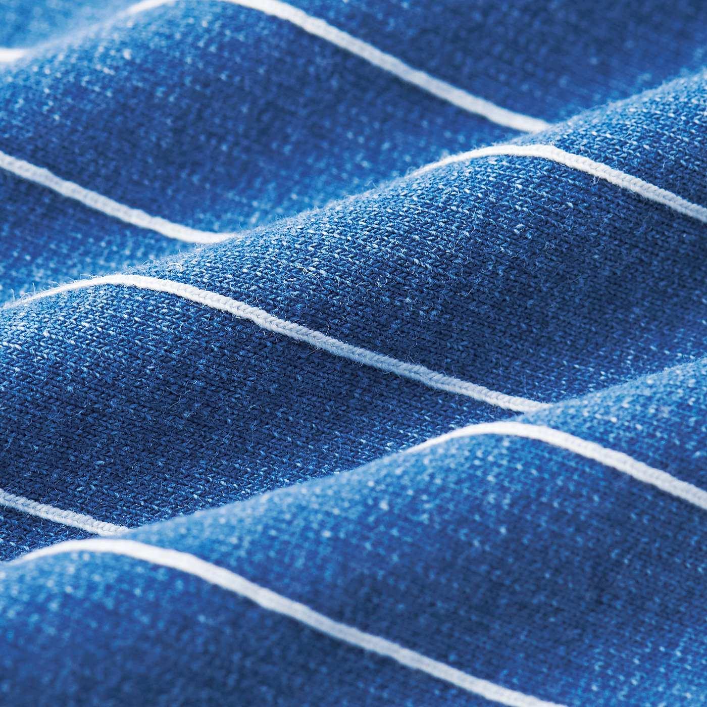 ジャカード編みで仕上げたデニム裏毛。ストライプも織りで表現し、大人っぽい雰囲気に。