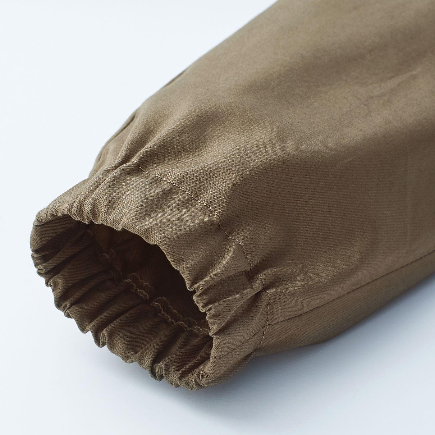 すっきり着やすいすそゴム入り。足首でとまるから、サイズが大きめでもロールアップなしで動きやすい。