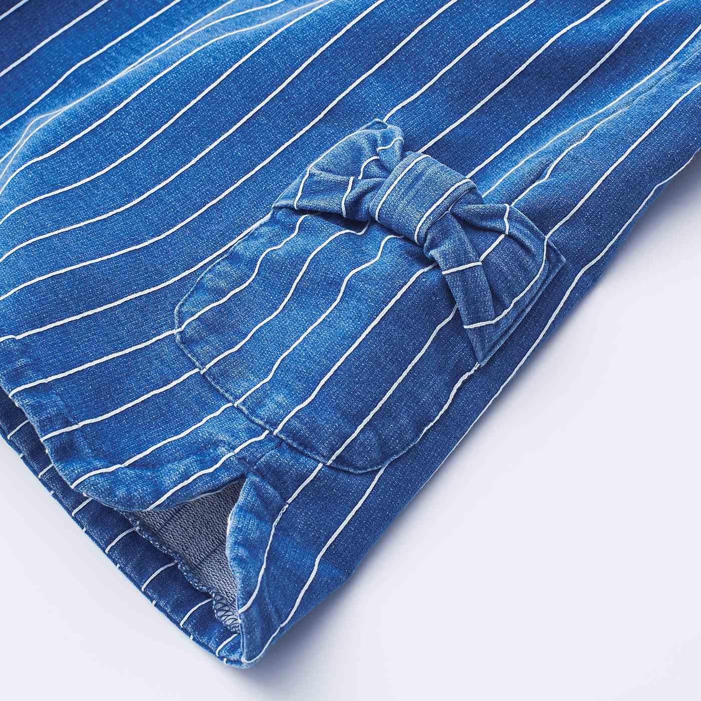 ポケット口にはリボンをあしらって、かわいさアップ!両サイドにスリット入りで、動きもらくらく。