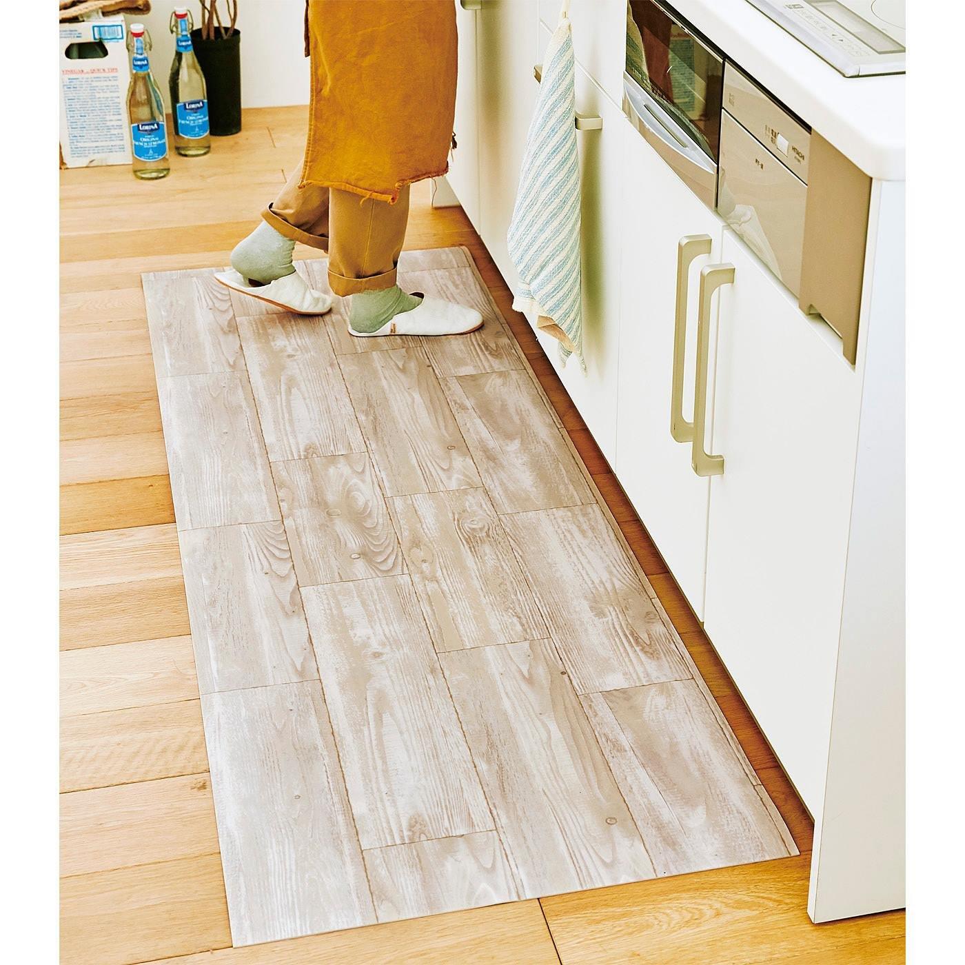 敷くだけリメイクでお手入れ簡単 リアルな木目のキッチンマット〈ホワイト〉