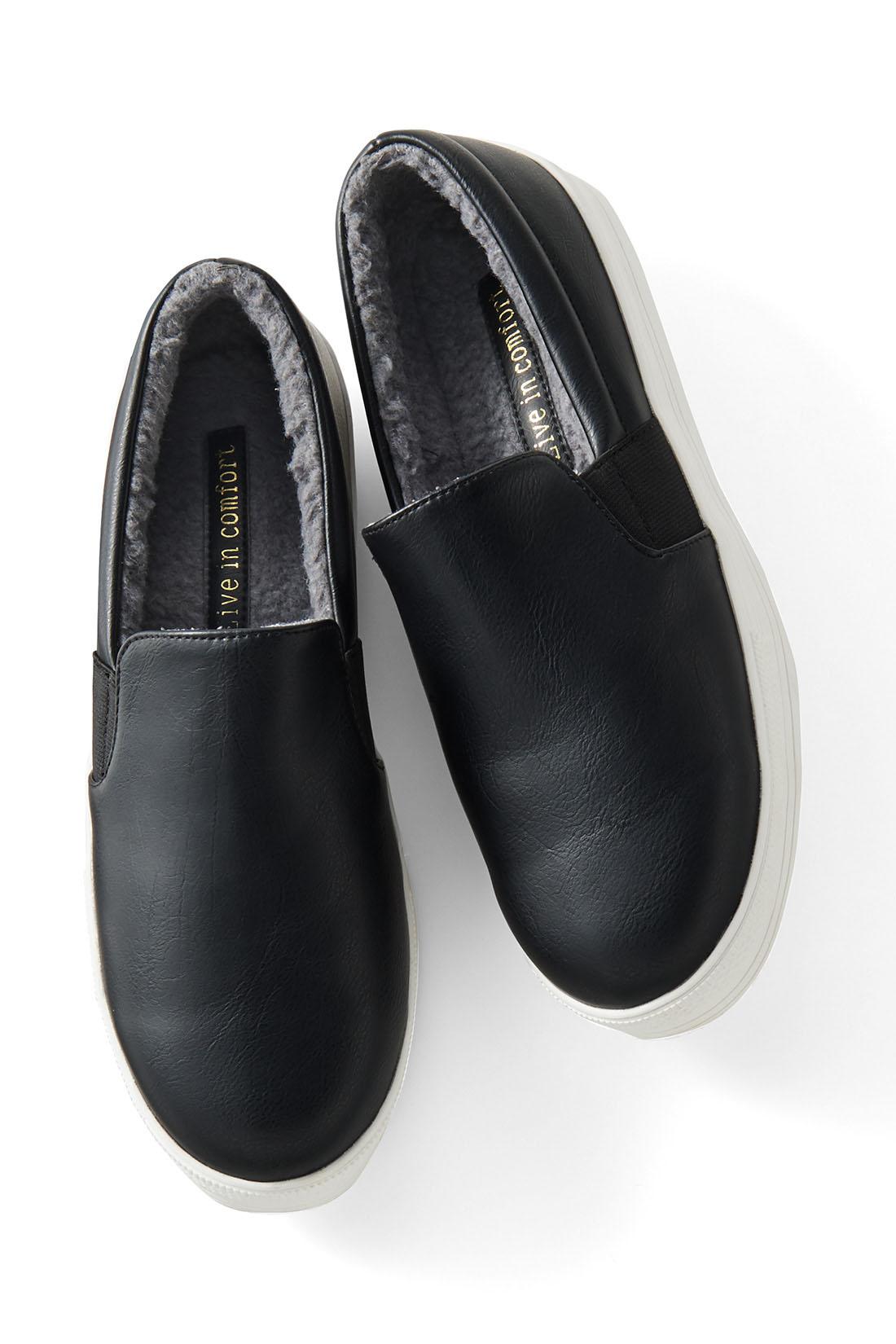 グレーボアがシックな【ブラック】 履き口から少しボアがのぞくのも、かわいい。