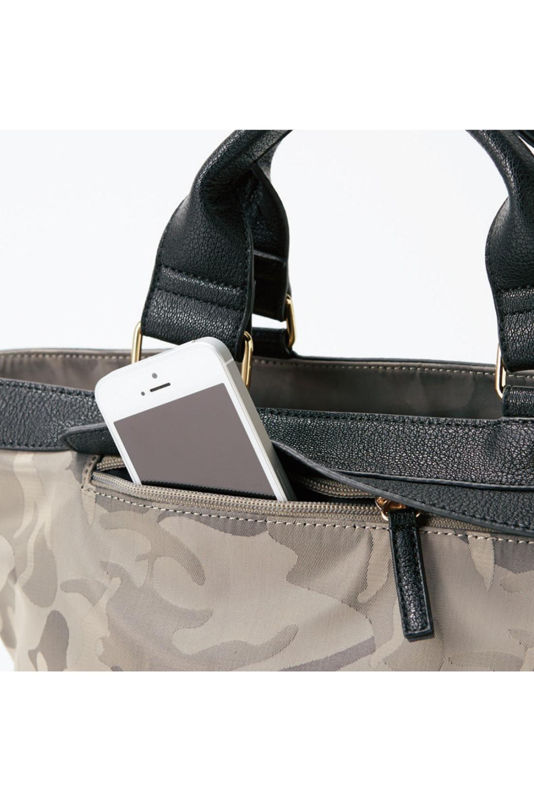 コインケースや定期など、出し入れ頻度高めの貴重品は、ジップ付きで安心の外側ポケットに。