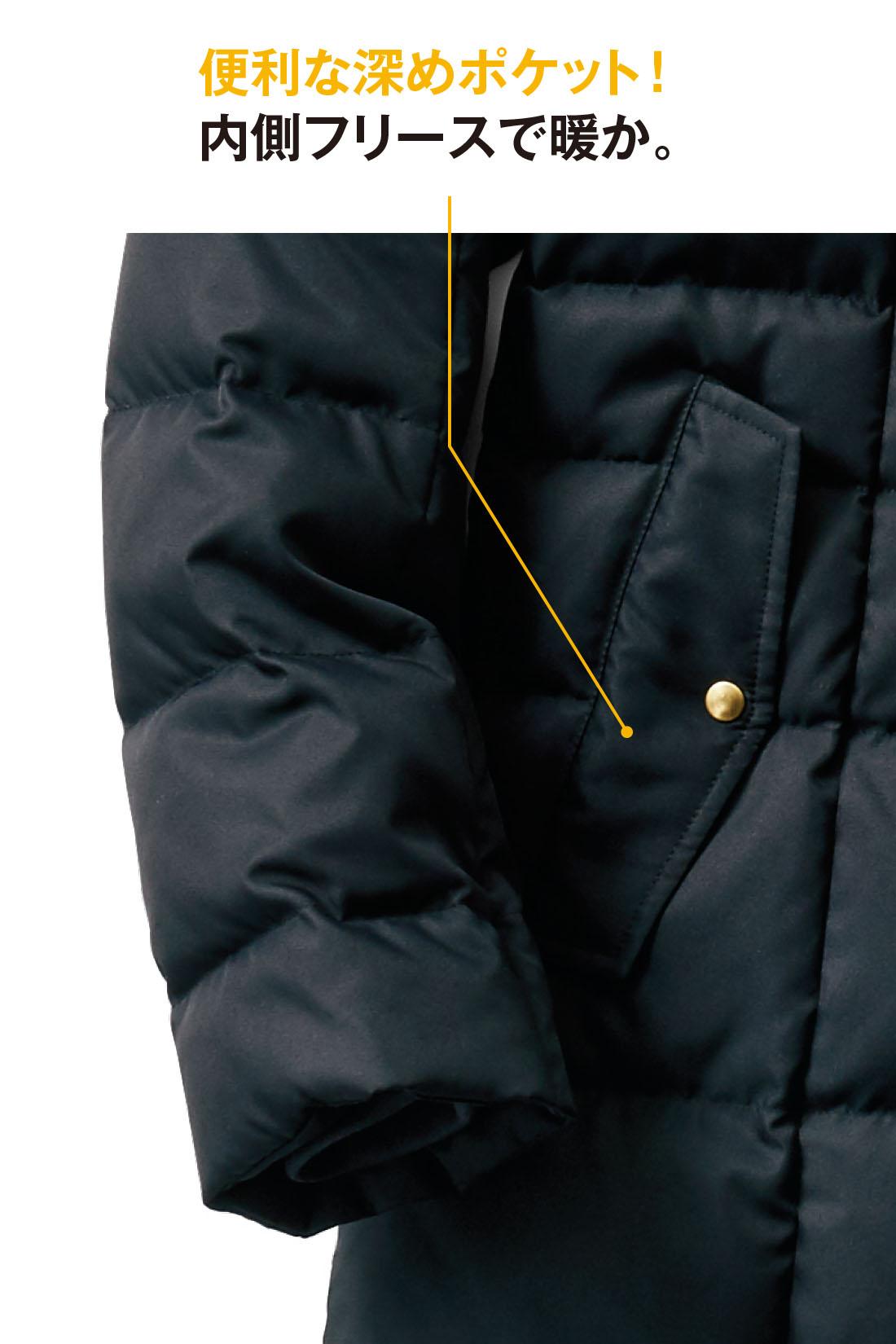 容量たっぷりの両サイドのポケットは深め仕様でとっても便利。手を入れた瞬間のひんやり感が少ないフリース仕立て。