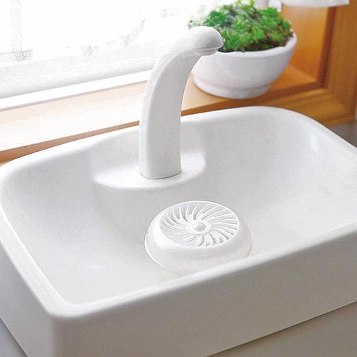 タンクの流水スポットに置くだけで黒ずみや汚れを付きにくくしてくれます。