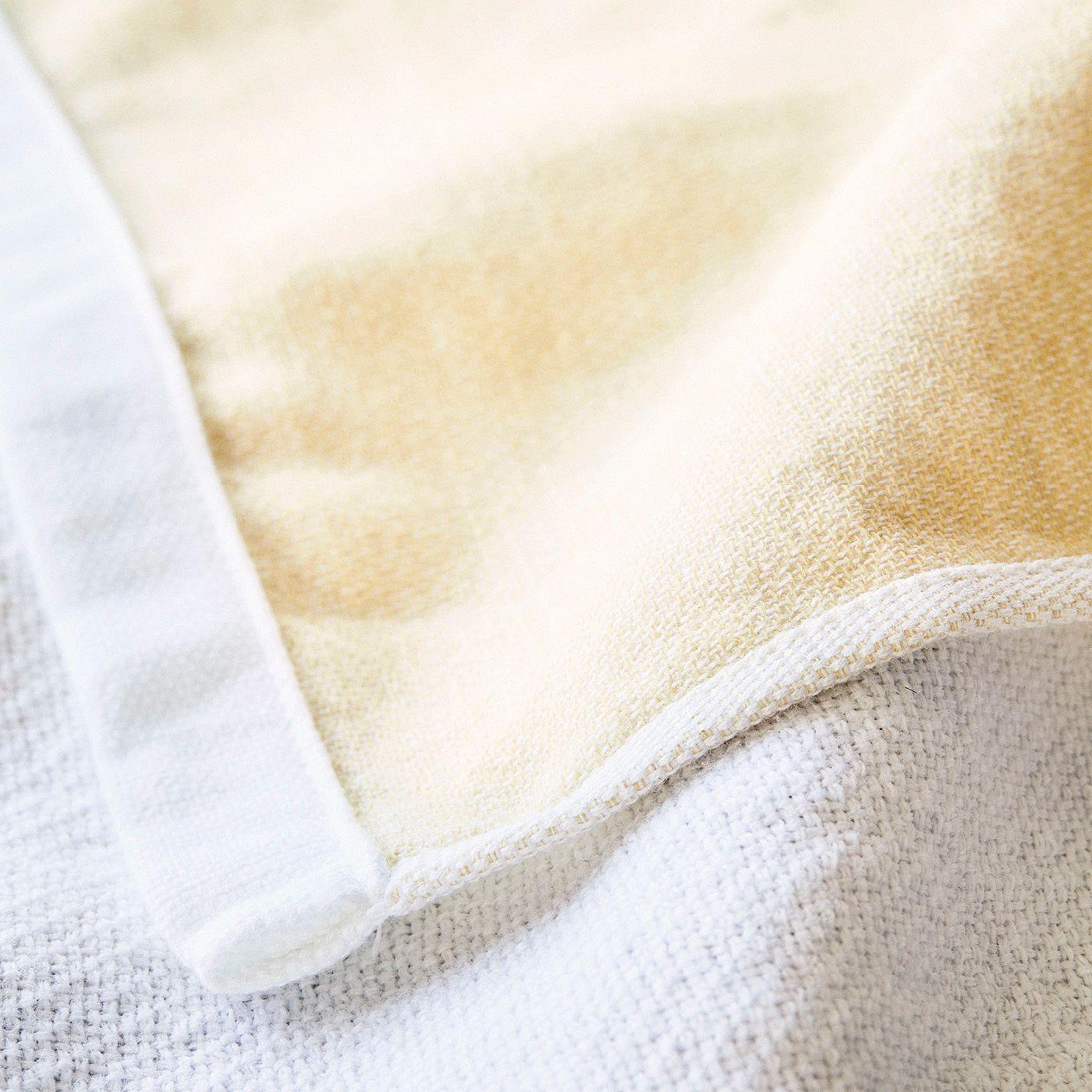 やわらかなダブルガーゼを白ときれい色のやさしい組み合わせに。