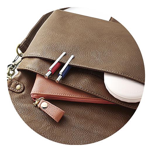 フラップを開けると長財布も収まるサイズ。定期入れ、手鏡も入る、浅めのポケットも。