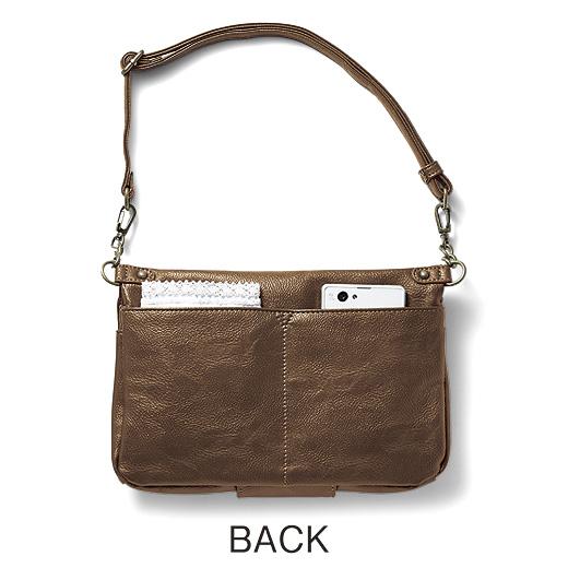 バッグにはフラップのないポケットがふたつ。ハンカチやスマートフォンなど入れて。