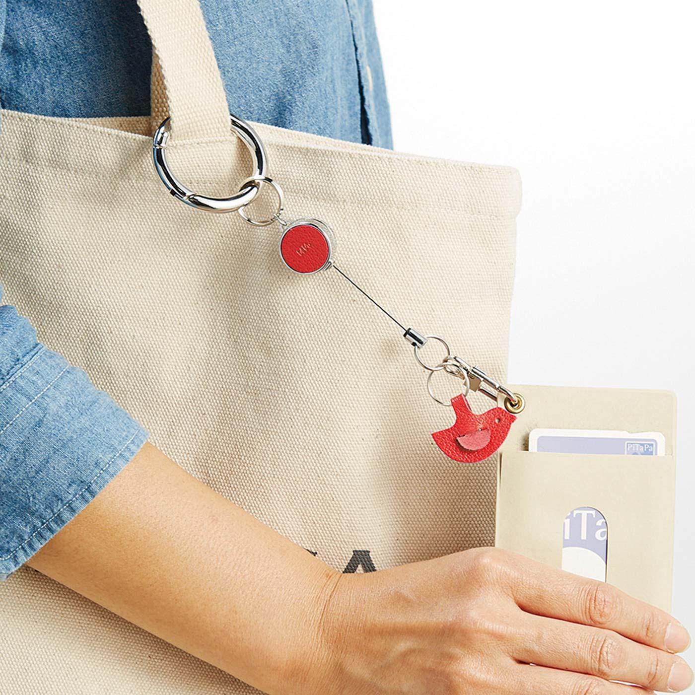 なすカンに、ICカードやかぎを付けてバッグにつなげれば、改札や玄関でもスムーズ。※必ずバッグの内側に収めてください。