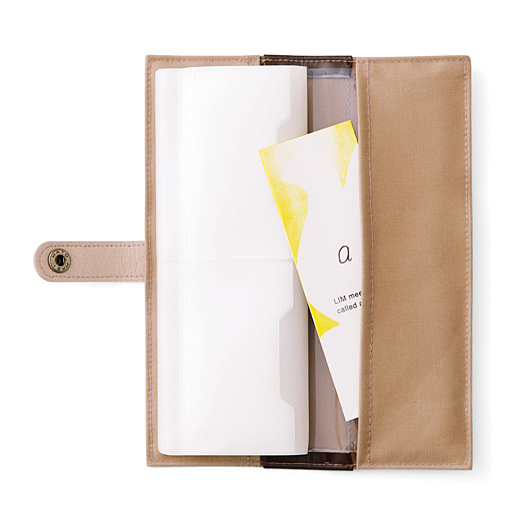 カバー裏の長ポケットには、はがきサイズのDMを二つ折りにして収納OK。