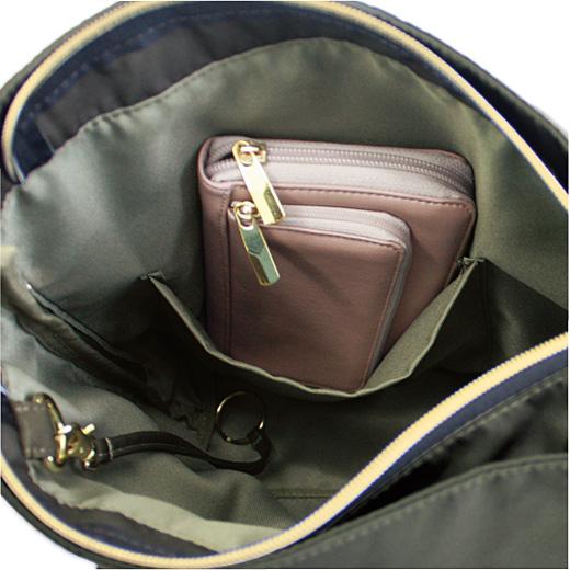 内ポケットは肩掛けのまま手が届くようサイド寄りに。