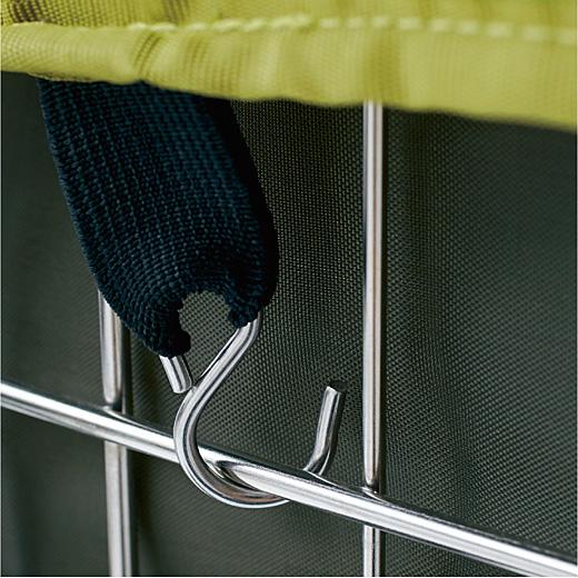 ふたが荷物の飛び出しをカバー。フックを引っ掛けて、固定&簡単に開閉OK。