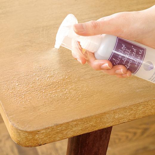 食前にダイニングテーブルやランチョンマットにスプレーするだけで除菌完了!ふきとりいらずで時間も手間もカットできます。
