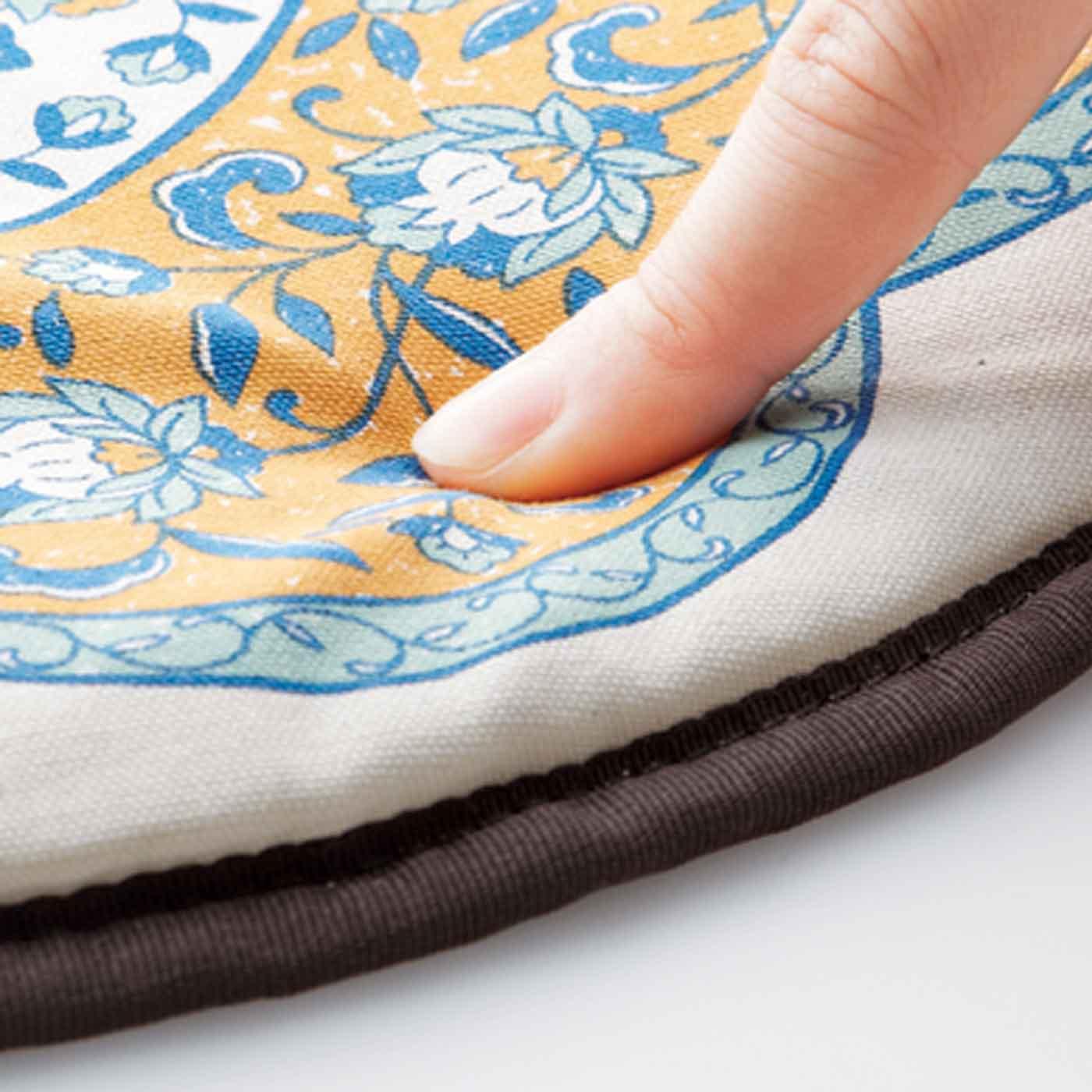 肌ざわりのよい綿100%素材に、厚さ約1cmの低反発クッションを入れて。