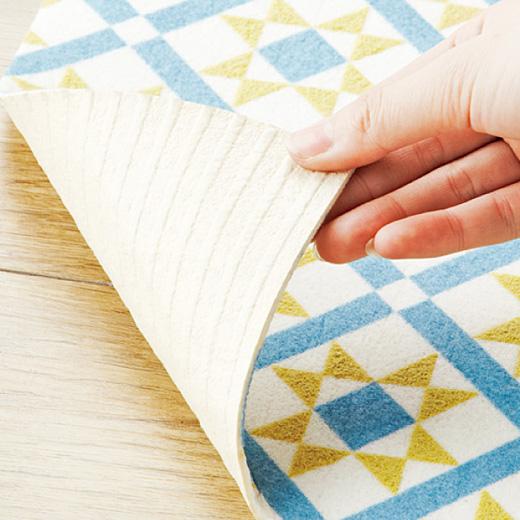 裏面は貼ってはがせる吸着シール。敷くときに手で押さえるだけで、しっかりと床に密着。洗濯も可能です。