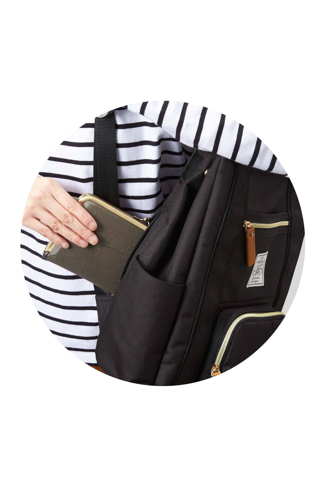 背負ったままサッと開け閉めできるサイドファスナーで、荷物の取り出しがらくちん!