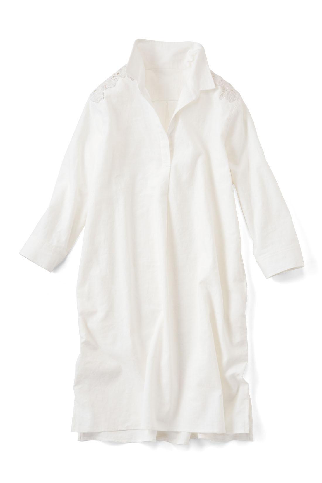 抜け感の【オフホワイト】 サッと着られるスキッパータイプの胸もと。