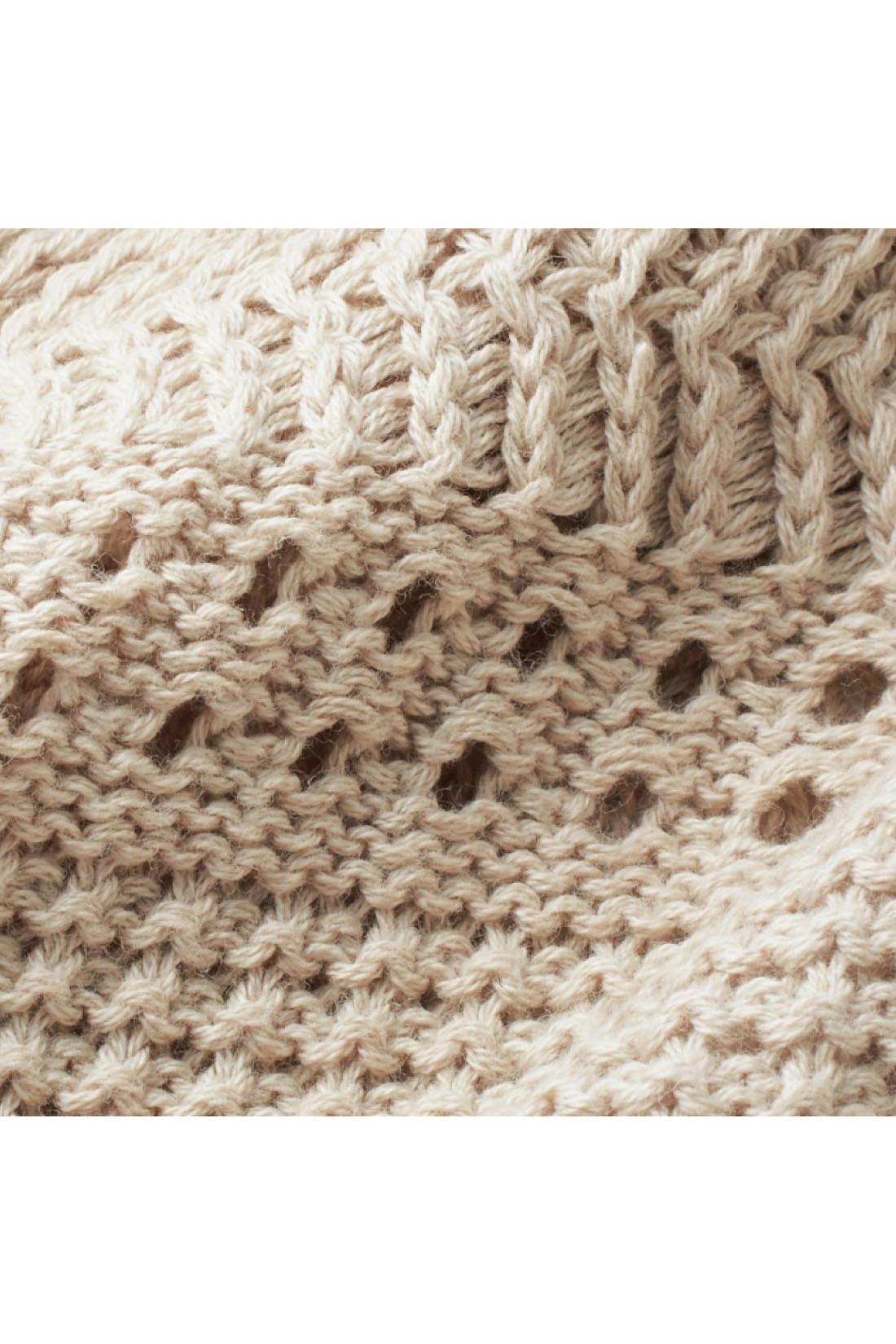 繊細なボーダー風の透かし編みが華やか。身ごろの透け感は控えめなので、インはタンクトップ一枚でも安心です。