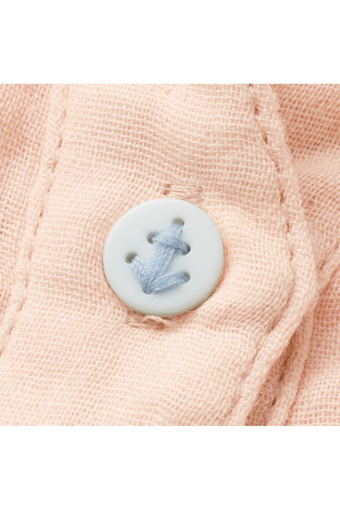 一番上のボタンはイカリマーク入りで、さりげなくかわいいポイントに♪ ※お届けするカラーとは異なります。