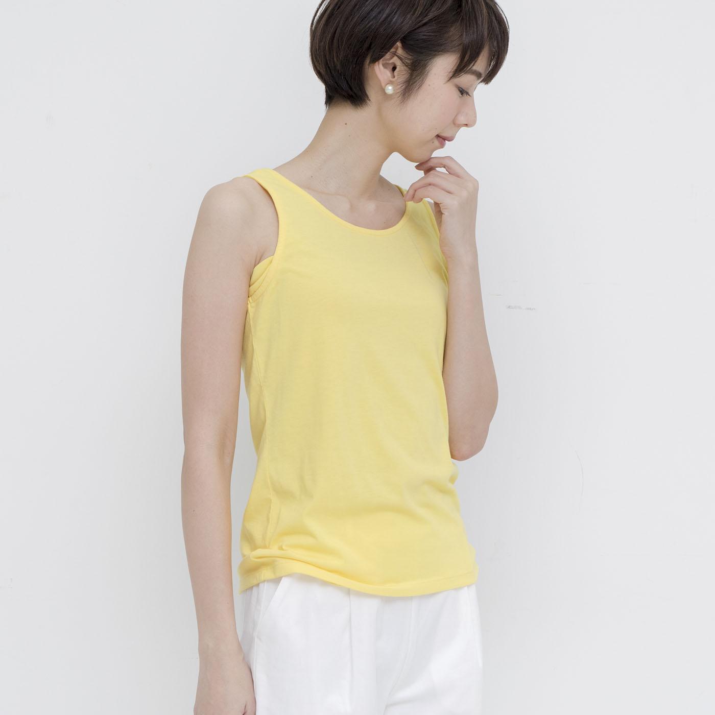 広すぎず詰まりすぎない衿もとで、インナーとして使いやすい。