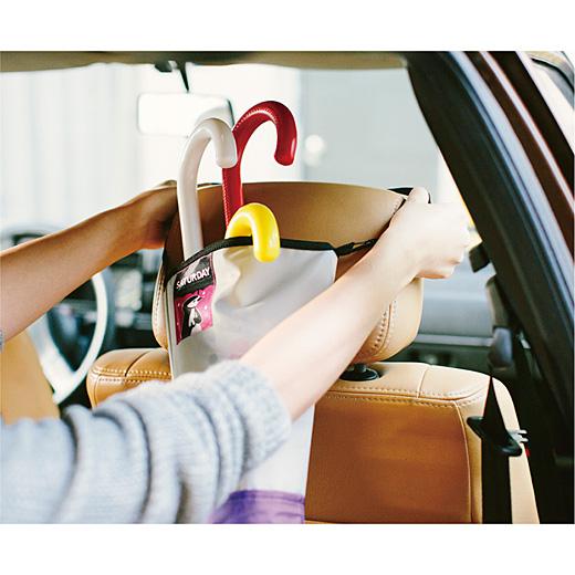持ち手をヘッドレストに引っ掛けて、車での移動にもらくらくセット。
